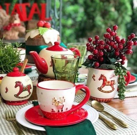 Mesa de Natal com tem infantil. Canecas e xícaras com cavalinhos.