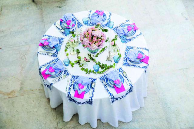 Inspirações para se criar mesas caprichadas, mesa redonda rosa e azul