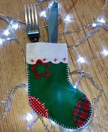 Porta-talher em formato de bota para decorar a mesa de Natal.