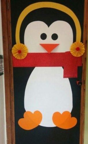 Porta de entrada decorada para o natal com um pinguim.
