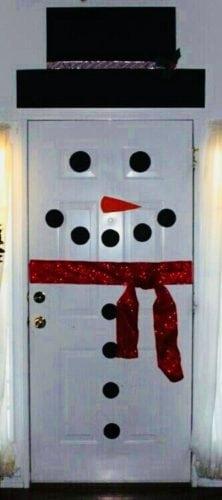 Portas de entradas decoradas para o Natal, boneco de neve enfeitando.