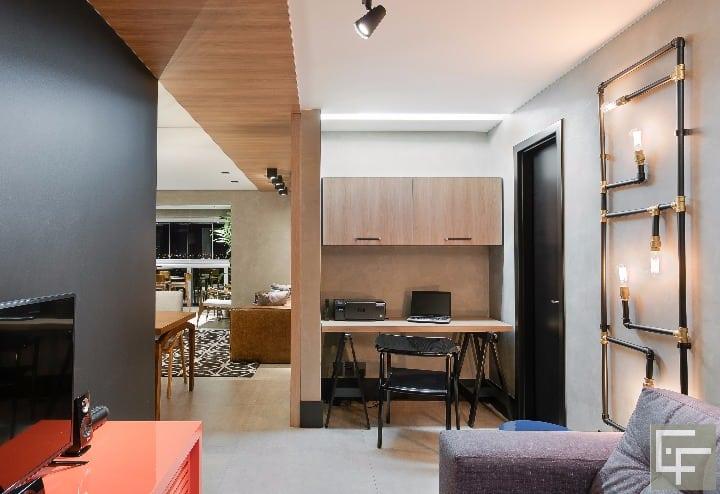 Escritorio e home theather no projeto Elayne Felix para apartamento em MS