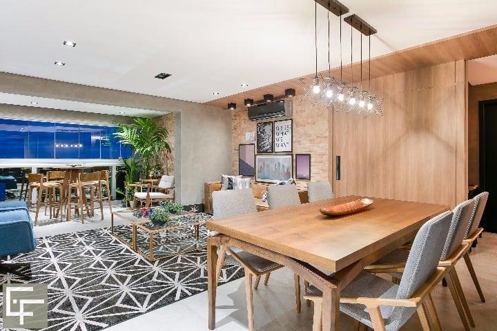Mesa de centro, poltronas, e cadeiras jantar - Morada Móveis / Mesa de jantar WestWing. Foto: Fellipe Lima