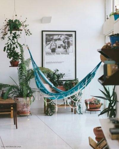 rede na decoração, dentro de casa. Rede turquesa pendurada no cantinho verde do apartamento.
