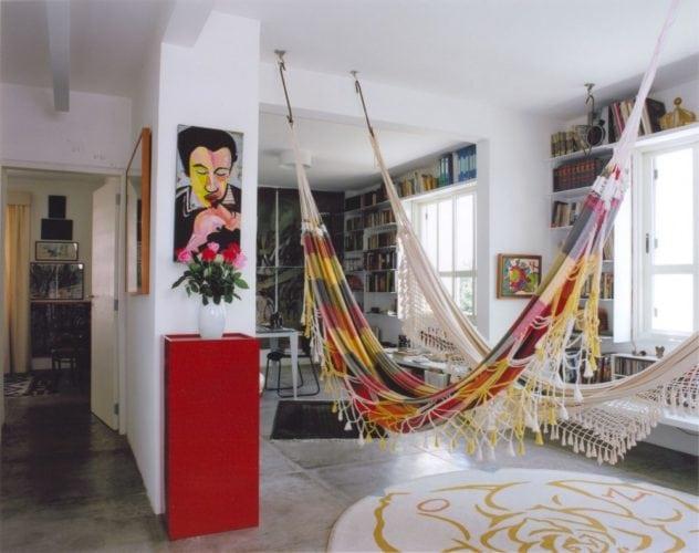 Duas redes penduradas no meio da sala, decoração mais despojada.