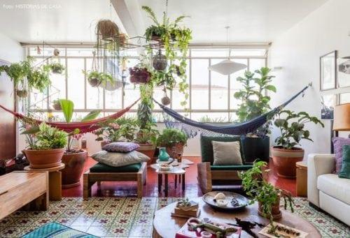 Rede da decoração, dentro de casa. Duas redes no jardim de inverno dentro do apartamento, no meio das plantas perto da janela.