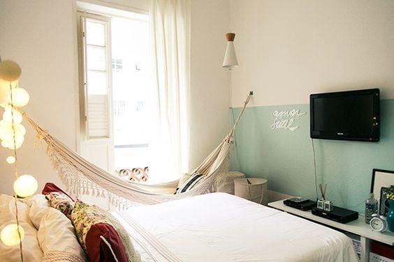 Rede pendurada no quarto, formando o cantinho da leitura.