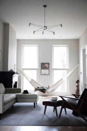 Rede na decoração, dentro de casa. Rede no estilo de decoração mais minimalista na sala.