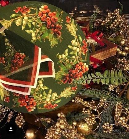 sousplat e guardanapo verde e vermelho para decorar a mesa de natal