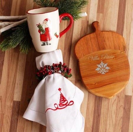 Caneca com papai noel e tabua de madeira em formato de noz.
