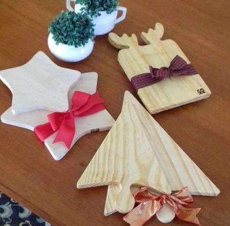 Tabuas de madeira com formato de estrela, arvore de Natal e alce .Para decorar a mesa de Natal.