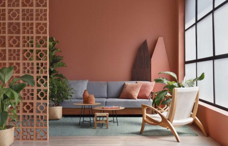 Foto do ambiente pintado com a cor eleita de 2018 pela Suvinil Tintas. Terra Roxa