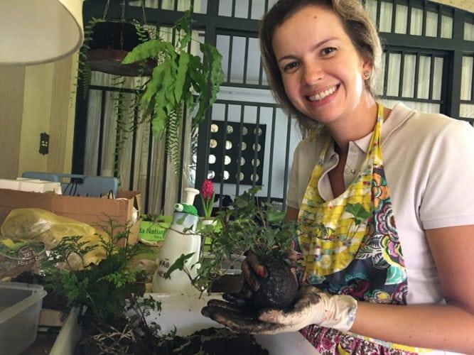 Marilia Arantes fazendo o Kokedama