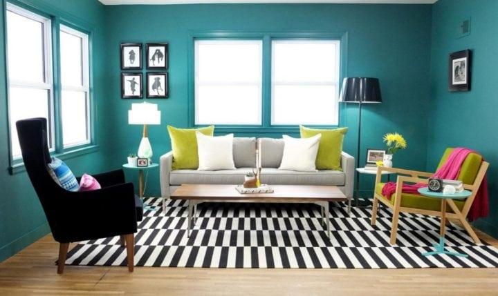 sala azul com tapete retro
