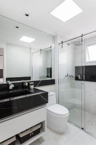 Banheiro em mármore preto e branco.