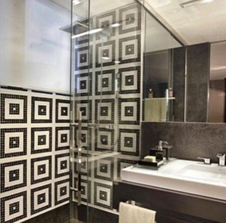 Banheiro decorado, no box pastilhas em preto e branco.