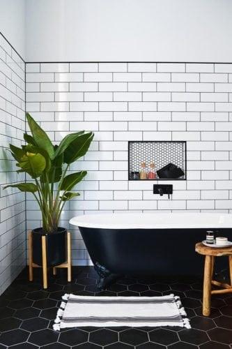 Banheiro em preto e branco.