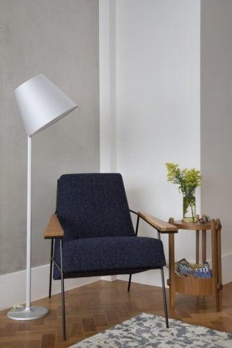 Projeto da MRG com Poltrona: Loft 55, by Zanini de Zanine - Luminária de piso: Artemide para a Dimlux - Mesa lateral: Finish, by Luia Mantelli