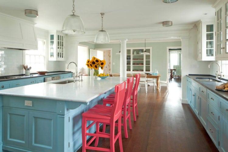 Ilha na cozinha com bancada para assentos.
