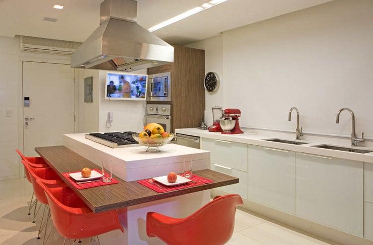 Ilha com cooktop e mesa, centro das atenções na cozinha.