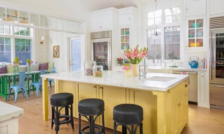 Ilha Colorida para o centro da cozinha, lindo! Projeto da design de interiores americana Alison Kandler.