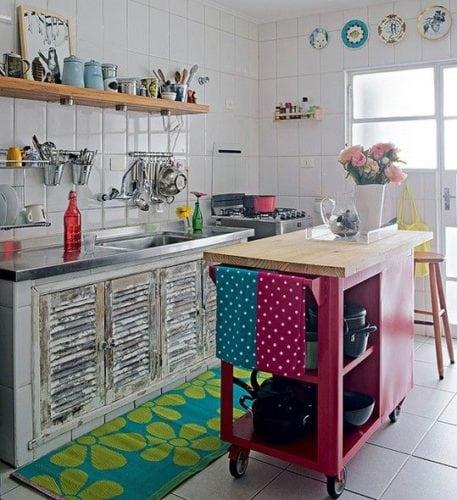 Ilha na cozinha . com rodízios e bancada de apoio.