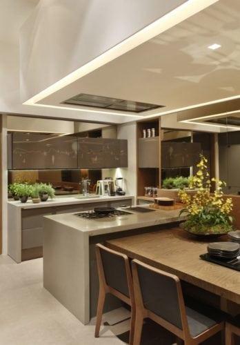 Ilha na cozinha com extensão da mesa acoplada. Projeto arquiteto Duda Porto.