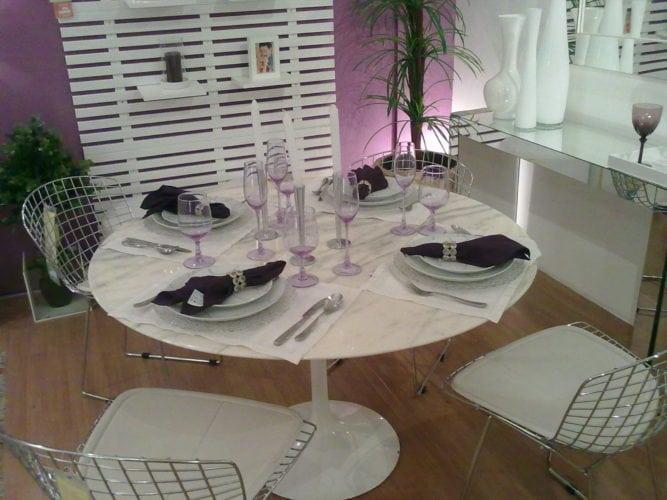 Decorando com o tom lilás. Sala de jantar com parede de fundo pintado de lilás.