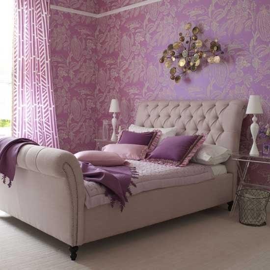 Quarto decorado com a cor lilás no papel de parede estampado e cortina.s.