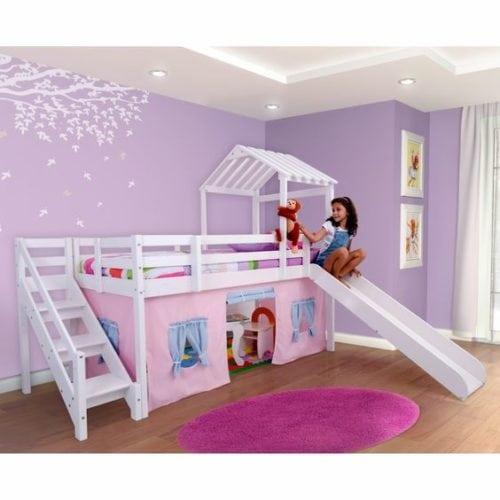 Quarto de criança decorado com a cor lilás nas paredes.