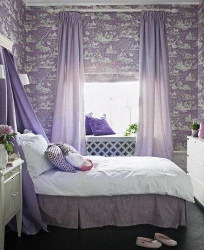 Quarto decorado com a cor lilás, papel de parede estampado.
