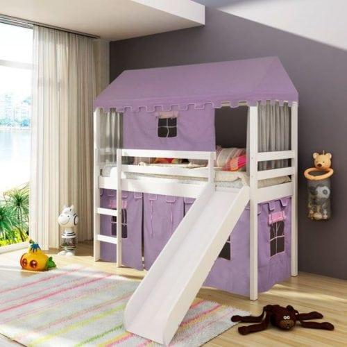 Quarto de criança decorado com a cor lilás. Cama com tenda lilás.