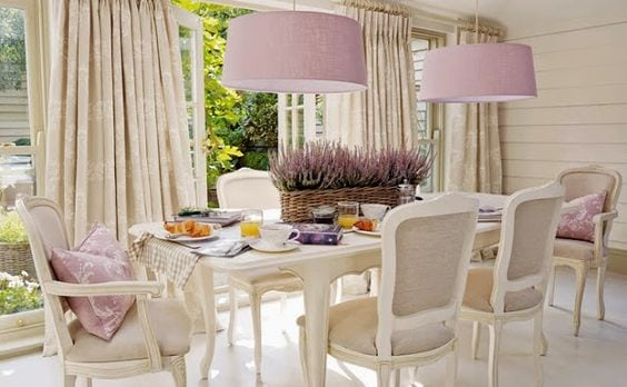 Sala de jantar com cúpulas em lilas.