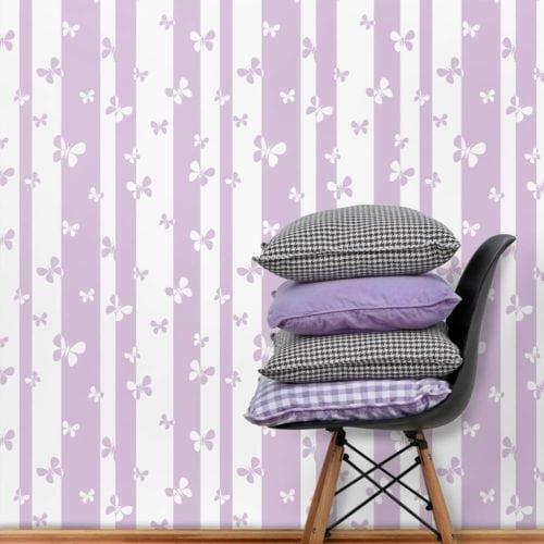 Papel de parede com borboletas da cor lilás.
