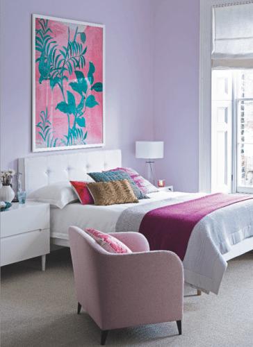 Quarto decorado com a cor lilás nas paredes.