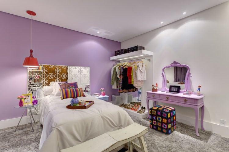 Quarto de adolescente decorado com a cor lilás nas paredes.