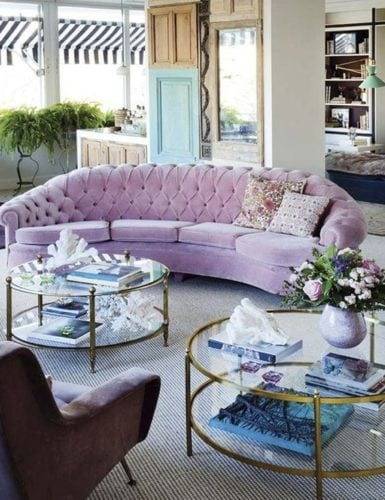 Sofá curvo em tom lilás.