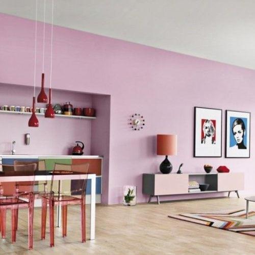 Sala pintada com as paredes em tom lilás.