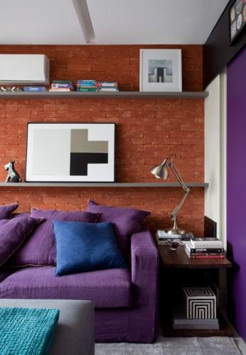 Projeto assinado pela arquiteta Juliana Pippi, aplicando o tom de púrpura em uma das paredes e também no mobiliário, que se tornou destaque no ambiente. em ultra violet