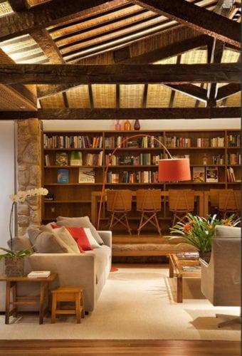 Biblioteca da pousada literária em Paraty