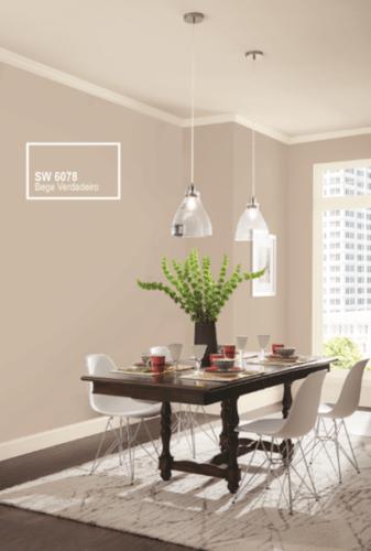 Tintas Sherwin-Williams, cor Bege verdadeiro. Parede da sala de jantar pintado nessa cor neutra.