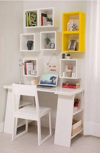 """Cantinho de estudo.Mais um exemplo como os nichos são um super apoio e podem decorar. Mesa """"cavalete"""" pequena com prateleiras nas laterias, espaço bem aproveitado."""