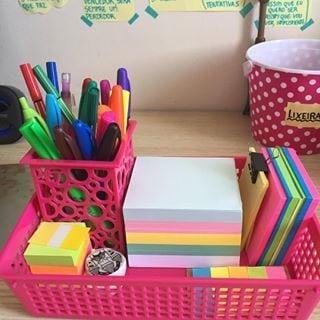 Cantinho de estudo,Uma simples cesta de plástico pode ajudar muito a organizar e trazer um cor para decorar.
