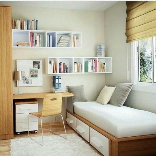 Cantinho de estudo.Espaço pequeno e completo. Gaveteiro, quadro imantado e parede super bem aproveitada com os nichos.