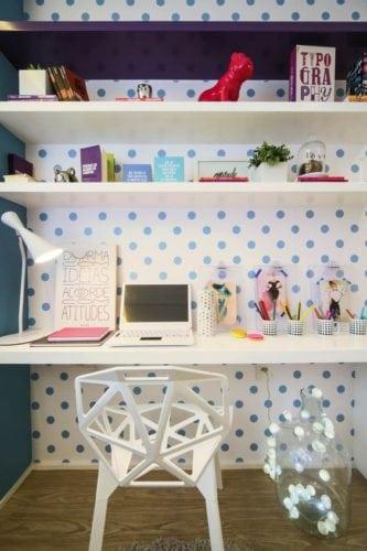 Cantinho de estudo decorado, papel de parede com bolinhas .