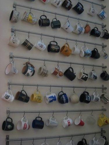 Ideias para a coleção de canecas. Suportes e ganchos para as canecas. Super fácil e charmosa solução.