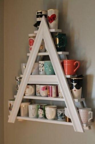 Ideias para a coleção de canecas. Mini estante em formato de escada.