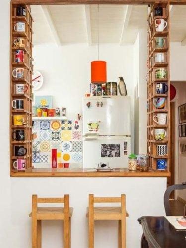Ideias para a coleção de canecas. Nichos na lateral da bancada na cozinha americana.