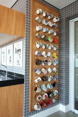 Ideias para a coleção de canecas. Painel em madeira ocupando a parede e apenas com ganchinhos.