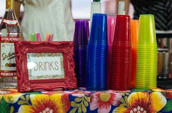 Ideias de decoração de Carnaval para festejar em casa. Bar de drinks com toalha em chita.